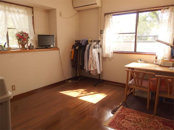 【洋室】約7.1帖の洋室です。出窓になっておりゆったり使用できます。