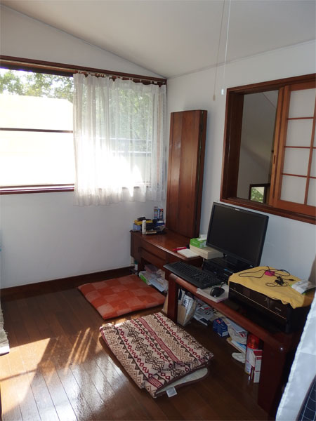 【洋室】5.1帖、右側の窓はリビング吹抜け部分を望みます。