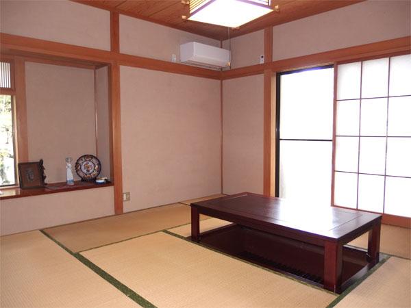 【和室】8帖の和室に床の間と出窓があります。