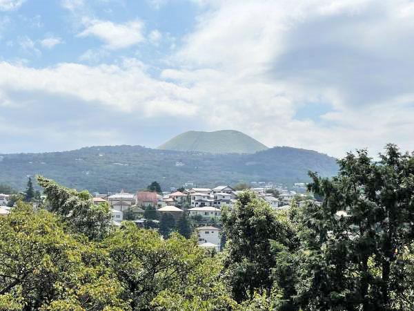 ≪眺望≫ 2階からの眺望。大室山を正面に望みます。