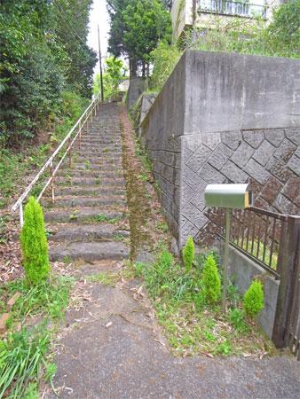 ≪道路からのアプローチ≫ 階段があります。ちょうど良い運動になりそうです