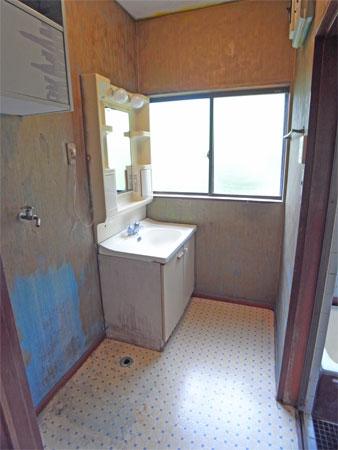 ≪洗面所≫ 壁を塗り替えしている途中?リフォームが必要です
