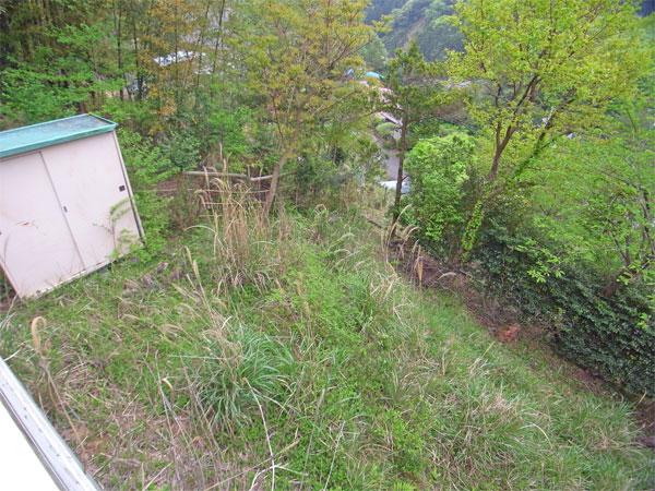 ≪庭≫ 建物の南東側にあり、傾斜ですがガーデニングや家庭菜園を楽しめます