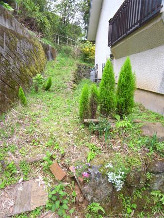 ≪庭≫ 玄関横のスペースも少しあります