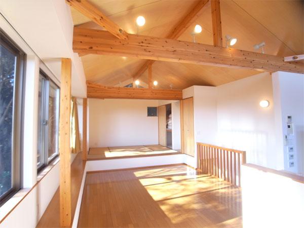 リビングダイニングスペースは二面採光、開口部が広いので明るいですよ。