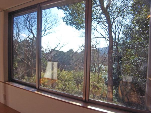 リビングダイニング窓の外には自然が広がります。