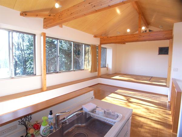キッチンから眺める、リビングダイニングスペースです。