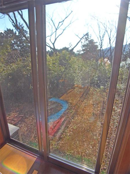 掃出し窓から、お庭へ出れます。