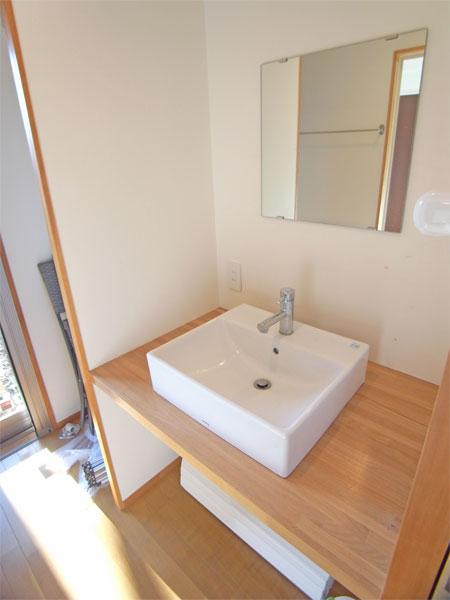 洗面スペースです。洗面台の横に洗濯機スペースがございます。