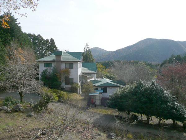敷地内の高台より撮影した建物で多目的に利用できる敷地です。山々の景観もとても美しいです。