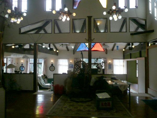 母屋のエントランスから撮影以前はペンションとして利用されていた要です。ステンドガラスが映える