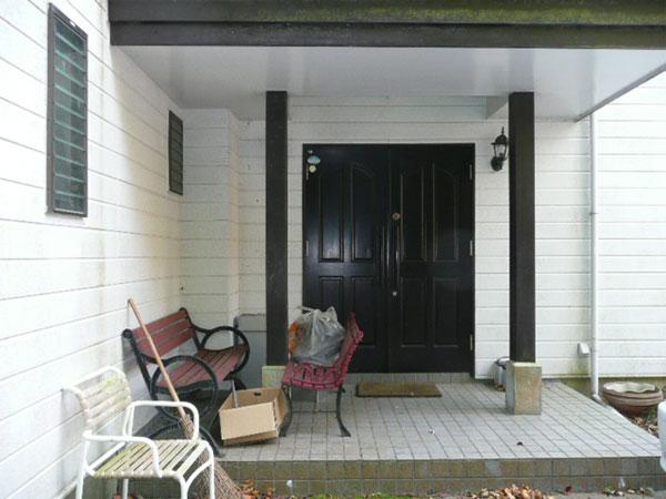 母屋玄関 木製のおもむきあるドアです。