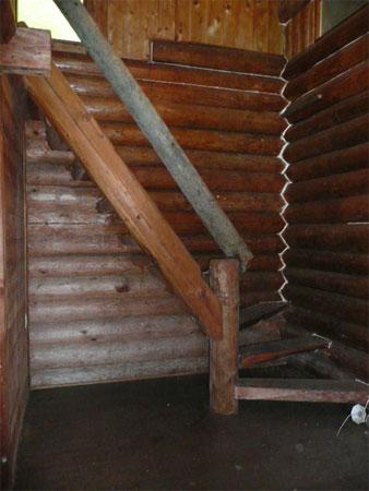 離れの階段 木のぬくもりはとても癒されます。