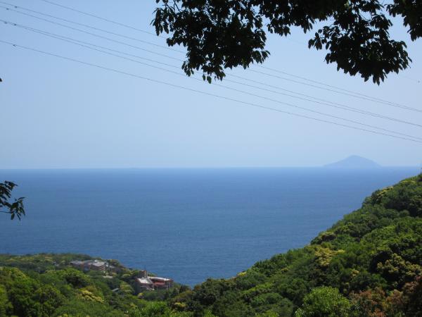 肉眼で見ると迫力ある景色です(写真はズーム使用)。右端の島影は利島