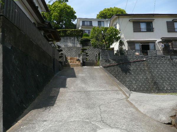 私道及び周辺環境です。この道は建築基準法上の道路ではありません。
