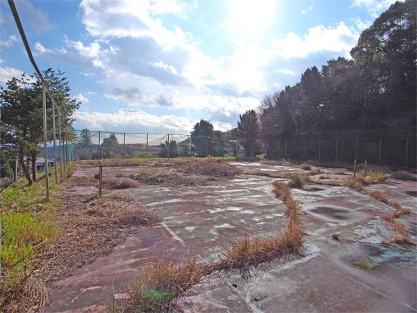 テニスコートとして造成された土地としてなっております。その為、保養所・研修所等を建築を目的としている