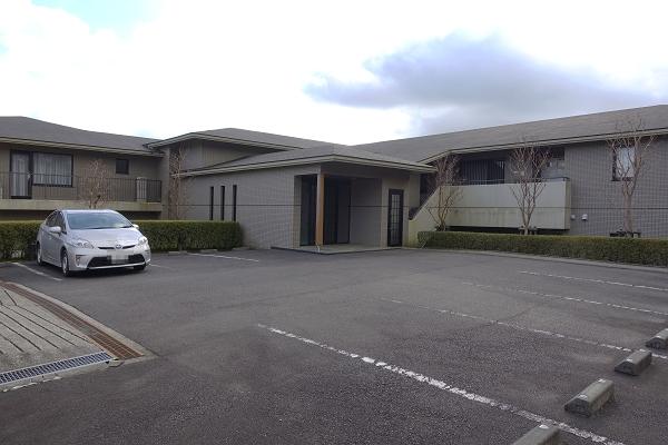 こちらは洗面脱衣所です。丸鏡が特徴的です。左側に洗濯機置き場があります。