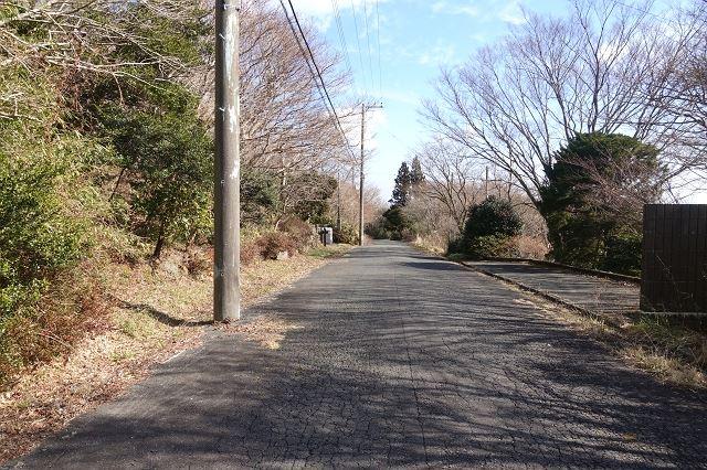 静かな環境を好まれる方におすすめの湯ノ花高原別荘地、車通りも少な目です。