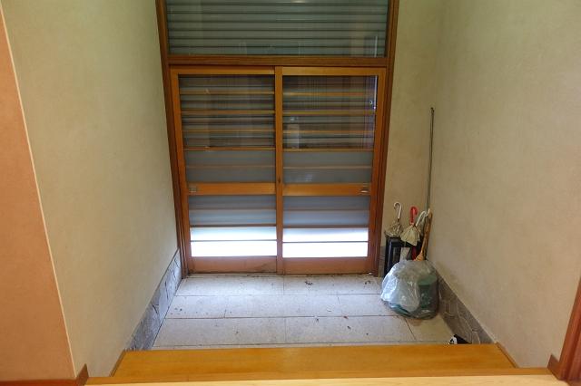 古家内部です。玄関はシャッター付き、ガラス張りの玄関です。