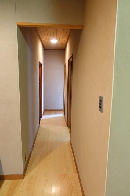 廊下は一度改修されていますが、やはり傾きを感じます。