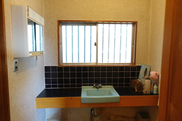 自慢の浴室は石貼りで、大きな窓が2面に広がり、まるで露天風呂のようです。