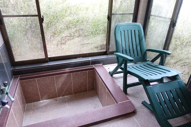 石張りの浴室です。