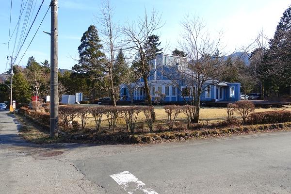 軽食・日用品の販売もされている富士急十里木高原別荘地の管理事務所も近く、便利な立地です。
