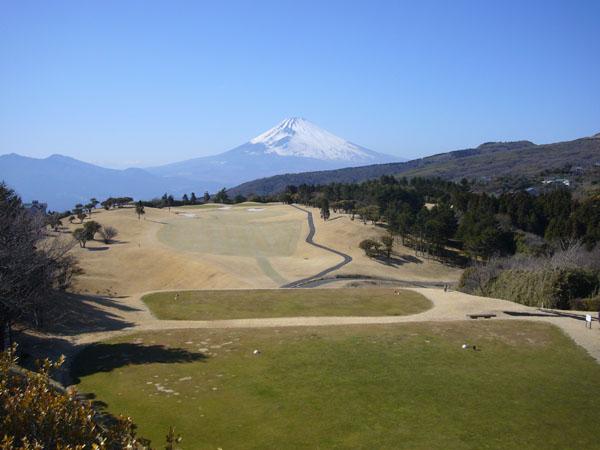 スタートの1番ホールは富士山に向かってのティーショットです。ゴルフ万歳!