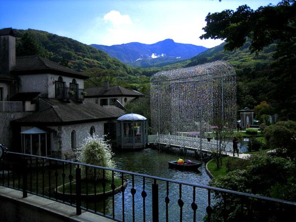 別荘地から下りると箱根ガラスの森美術館があります。その他にも、仙石原は美しい施設や名所に満ちています