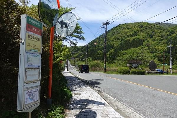 バス停からも徒歩約9分。日中は1時間に3~4本運行しています。