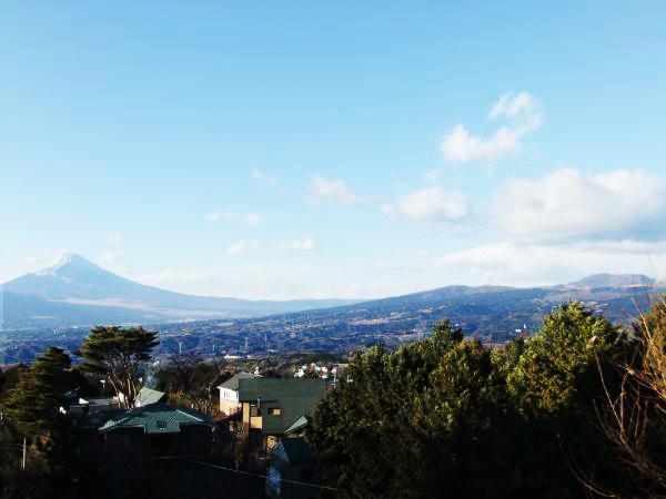 富士山と箱根連山を望みます。(2階和室10畳より)